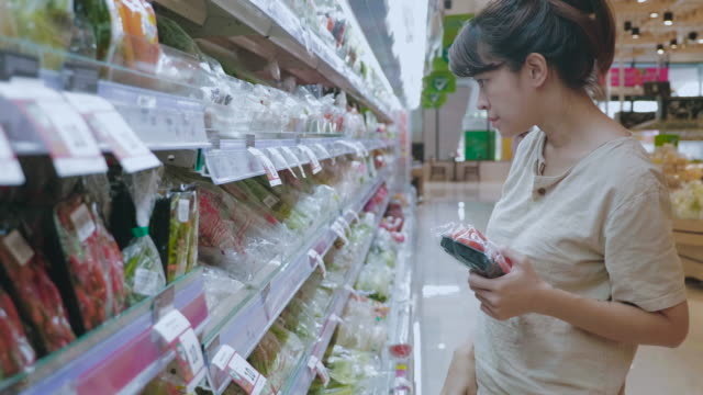 vídeos de stock e filmes b-roll de woman shopping in supermarket - povo tailandês