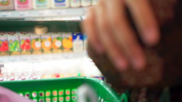 vidéos et rushes de femme shopping au supermarché - panier courses