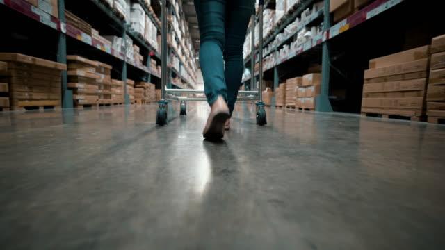frau im lager einkaufen - verkaufsberuf stock-videos und b-roll-filmmaterial