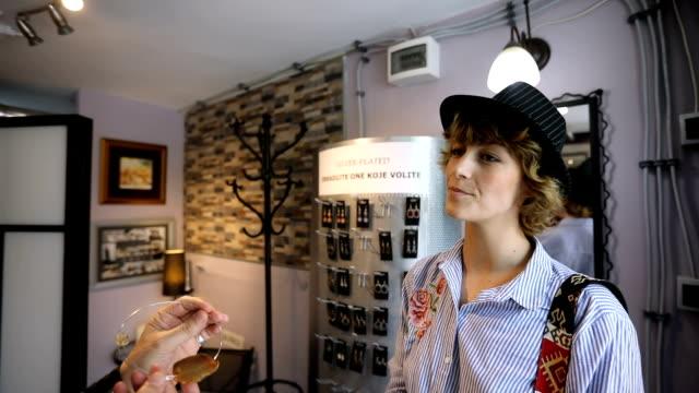 Kvinna shopping smycken i butiken