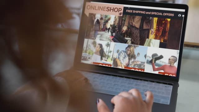 vídeos de stock, filmes e b-roll de mulher fazendo compras online no dia especial de venda - e commerce