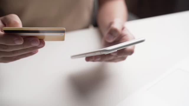 vidéos et rushes de achats de femme en ligne - credit card