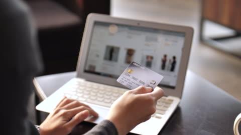 stockvideo's en b-roll-footage met vrouw online winkelen met laptop - online winkelen