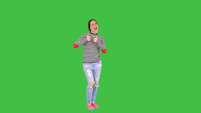 女性をコピースペース、親指を立てる - 全身点の映像素材/bロール