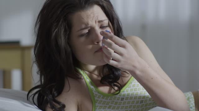 woman sick in bed - fieber stock-videos und b-roll-filmmaterial
