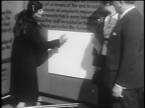 vídeos de stock, filmes e b-roll de b/w 1933 woman signing name in huge book / petition for world peace / union square nyc / newsreel - evento de autógrafos