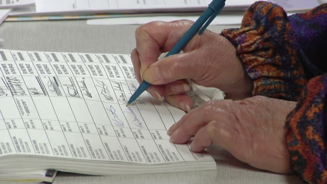 cu, woman signing up at polling place, toledo, ohio, usa - 署名点の映像素材/bロール