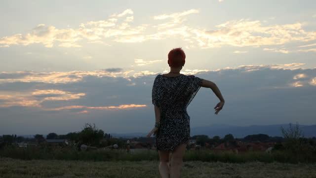 vídeos de stock, filmes e b-roll de silhueta feminina dançando ao pôr do sol - bailarina