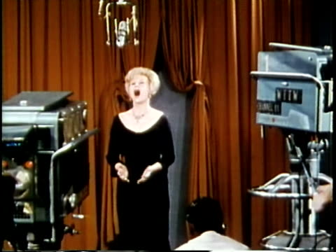 vídeos de stock e filmes b-roll de 1963 ms woman singing in television studio / chicago, united states / audio - visor digital