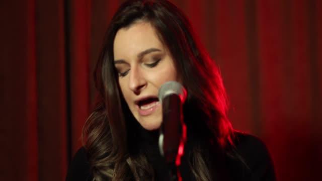 stockvideo's en b-roll-footage met een vrouw die in een microfoon zingt, toonrepetitie vóór een prestaties - zanger