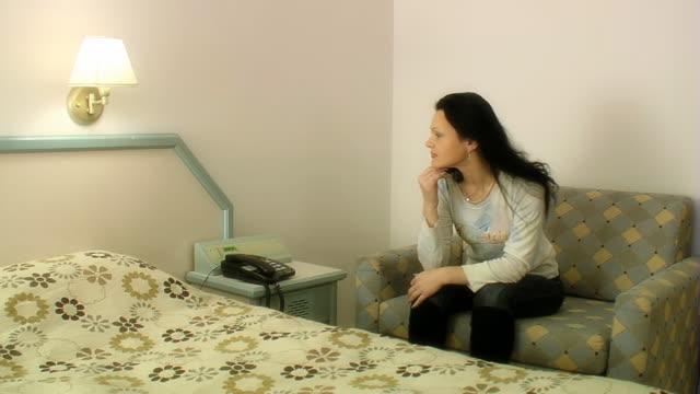 女性はリビングルームに - 中年の女性一人点の映像素材/bロール