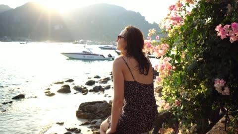 坐在皮皮島的海邊看著的女人 - 披披群島 個影片檔及 b 捲影像