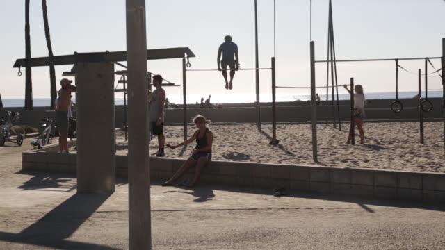 woman sitting at muscle beach - カリフォルニア州 ベニス点の映像素材/bロール