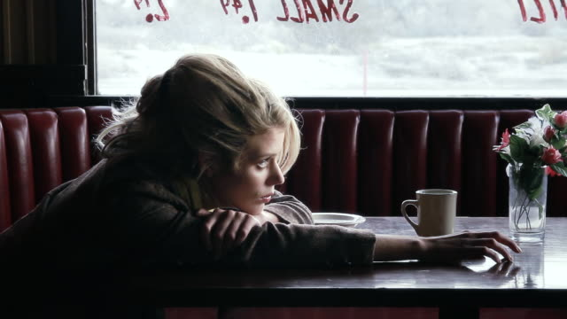 ms woman sitting in american diner maybe waiting for somebody / palmdale, ca, united states - aspettare video stock e b–roll