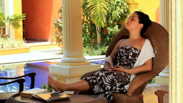 stockvideo's en b-roll-footage met ws woman sitting in rocking chair with feet up on table, merida, yucatan, mexico - schommelen schommelstoel