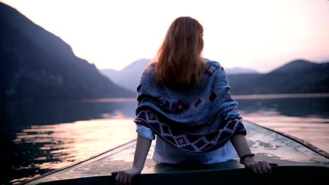 vidéos et rushes de femme s'asseyant sur la prow de bateau au coucher du soleil - serbie