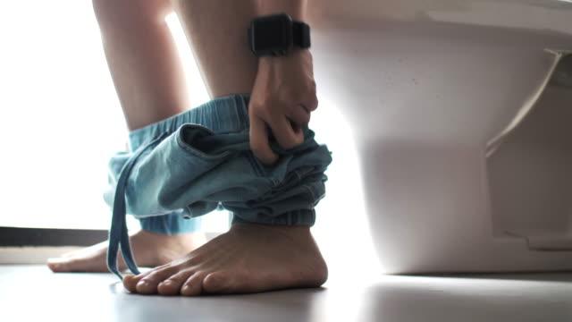 便座に座っている女性 - お手洗い点の映像素材/bロール