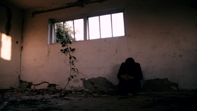 ws 座る女性の頭を膝につける - 人質点の映像素材/bロール