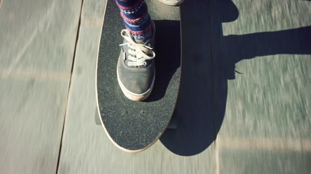 vídeos y material grabado en eventos de stock de mujer de skate en la playa - patinaje en tabla larga