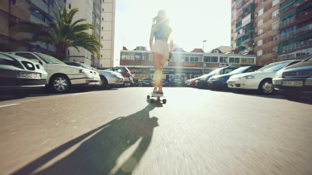 frau auf straße skateboarding - skateboard stock-videos und b-roll-filmmaterial