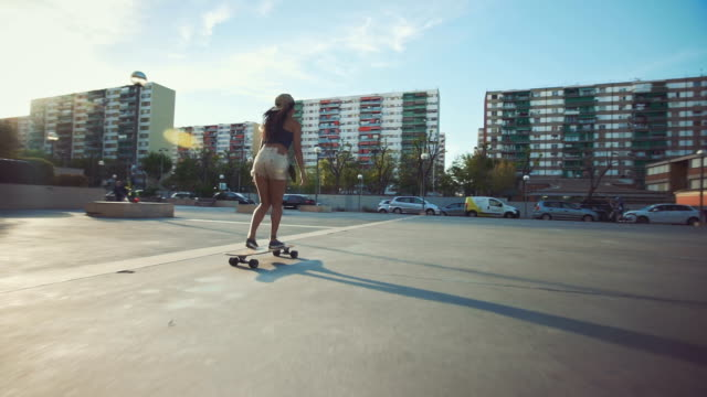 Frau auf Straße skateboarding