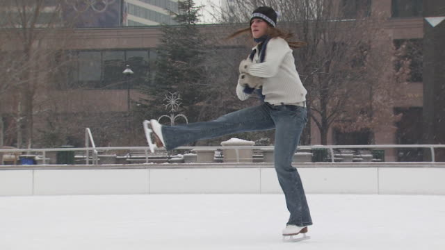 a woman skating at a busy ice rink - altri spezzoni di questa ripresa 1145 video stock e b–roll