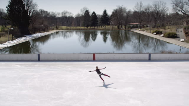 vidéos et rushes de ha ws woman skating figure 8 on ice rink/ long island, ny - chiffre 8