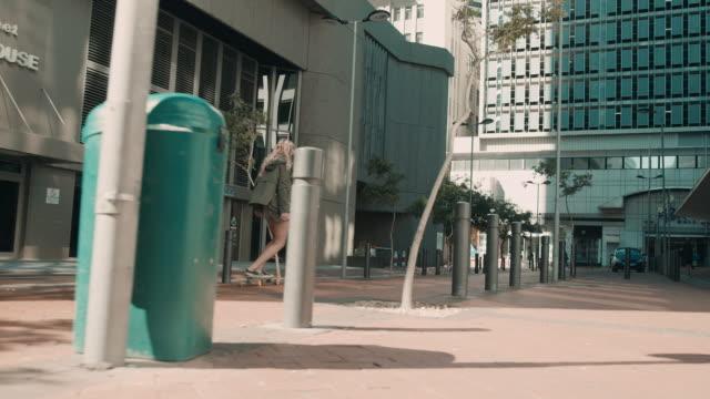 vídeos y material grabado en eventos de stock de mujer patinando en entorno urbano - surf en longobard