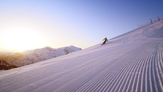 vídeos de stock e filmes b-roll de slo mo woman skier on fresh morning track at sunrise - bastão de esqui