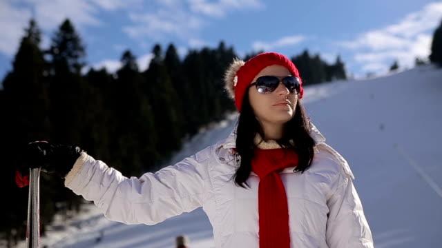 vídeos y material grabado en eventos de stock de esquiador de mujer, retrato - chaqueta de esquiar