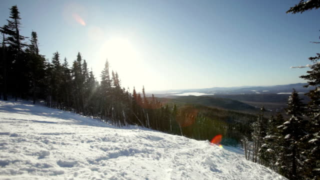 vidéos et rushes de ws pan woman skiing down on classic new england ski trail / rangeley, maine, usa - maine