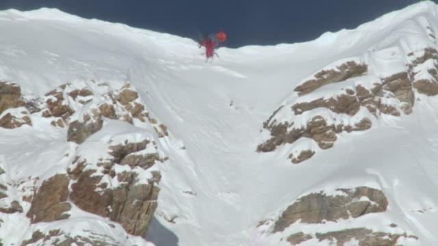 ws td zo woman skiing down on snowcapped / alta, snowbird, utah, usa - alta stock-videos und b-roll-filmmaterial