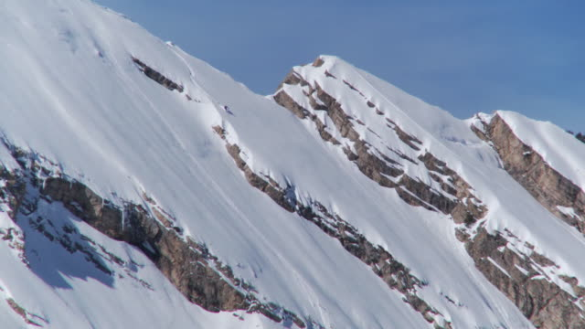 ws ts zo woman skiing down on whole peak fast linking two cliff drops in sequence / alta, snowbird, utah, usa - only mid adult women stock videos & royalty-free footage