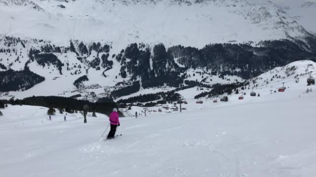 vídeos de stock, filmes e b-roll de woman skiing in switzerland - só mulheres maduras