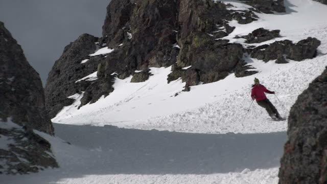 vídeos de stock, filmes e b-roll de zo, ws, woman skiing, san juan mountains, colorado, usa - roupa de esqui