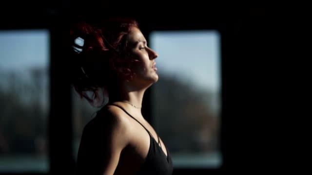 ロープを飛ばす女 - 自制心点の映像素材/bロール