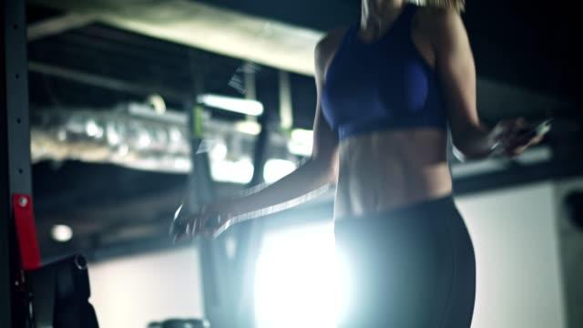 vídeos de stock e filmes b-roll de woman skipping rope in the gym - corda de saltar