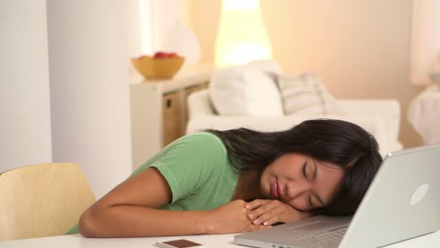 woman sleeping at desk - natürliches haar stock-videos und b-roll-filmmaterial