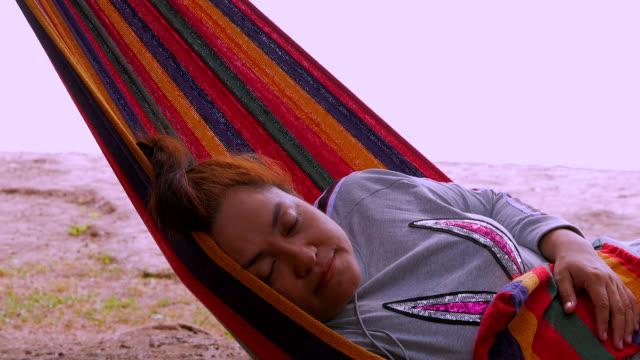 vidéos et rushes de femme dort dans le hamac. - être à l'ombre