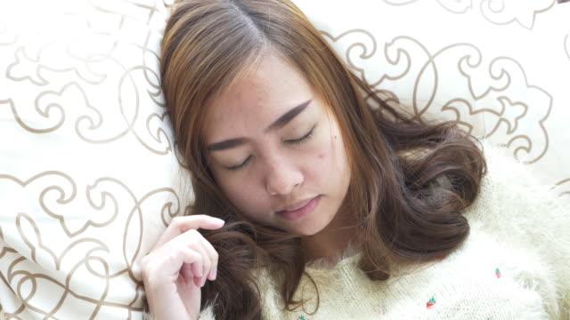 Frau schlafen im Schlafzimmer