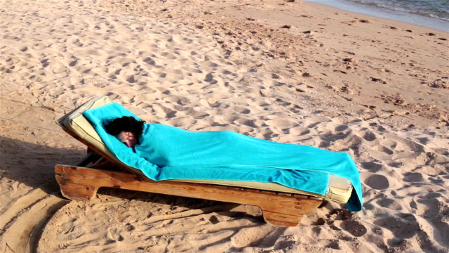 frau schläft auf liegestuhl - napping stock-videos und b-roll-filmmaterial