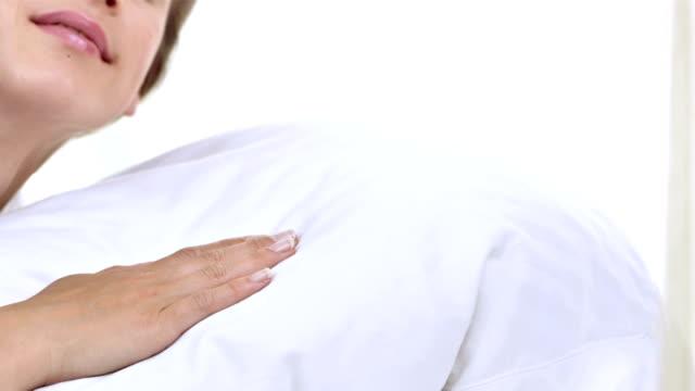 vidéos et rushes de hd dolly: femme endormie sur un coussin - brightly lit