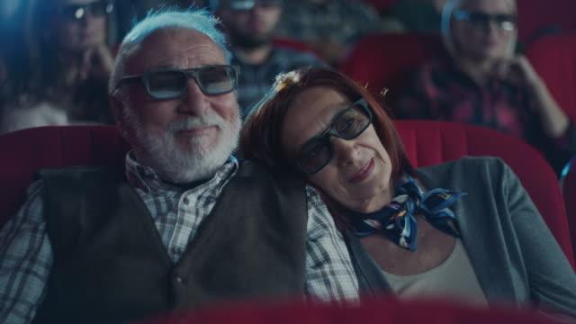 vídeos de stock, filmes e b-roll de mulher que dorme no ombro do homem no cinema - óculos de terceira dimensão