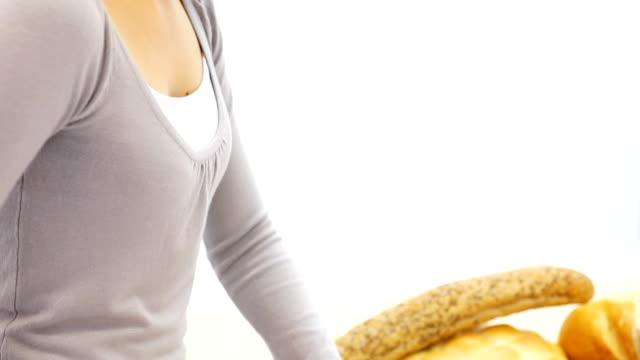 woman スライスミックス穀物パンします。 - ジェンダー・ステレオタイプ点の映像素材/bロール