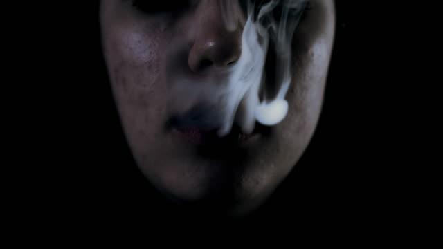 SLO MO Frau langsam einen Rauch