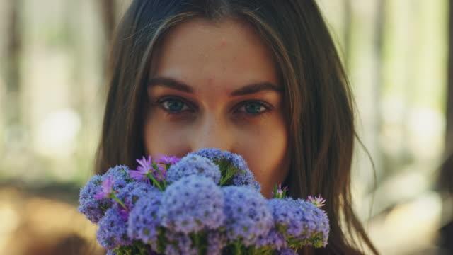 vídeos de stock, filmes e b-roll de mulher, cheirando flores - perfumado