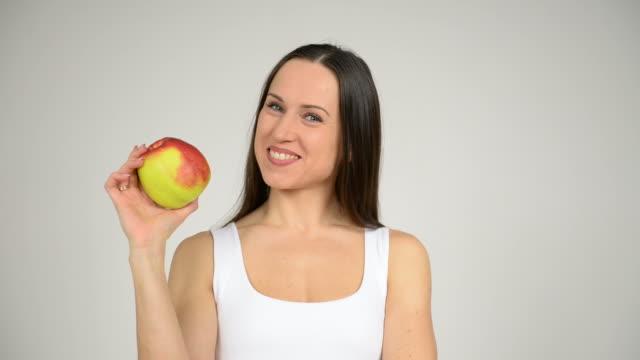 donna di annusare mela rossa - gara sportiva individuale video stock e b–roll