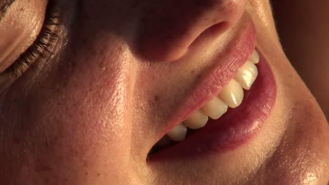 Frau, die Ihre Zähne Lächeln auf das Gesicht, extreme close-up