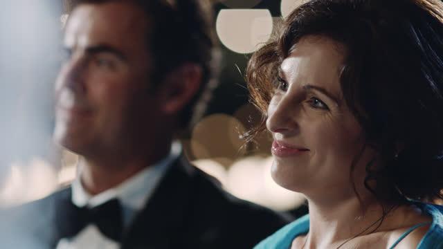 slo mo. frau lächelt und strahlt vor liebe, während sie romantische hochzeitszeremonien beobachtet. - kleid stock-videos und b-roll-filmmaterial