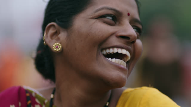 vidéos et rushes de cu slo mo. woman smiles and laughs at camera. - inde